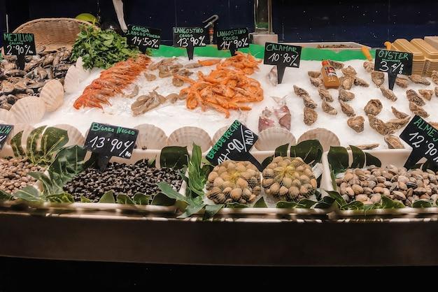 Stół z owocami morza na hiszpańskim rynku. fotografia kulinarna.