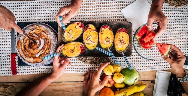 Stół z przekąskami z jedzeniem oglądanym z góry z przyjaźnią ludzi razem koncepcja jedzenia i świętowania