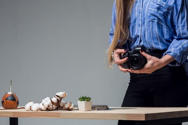 Stół z pysznym jedzeniem i kobieta trzyma aparat