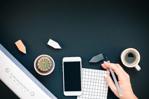 Stół z telefonem soundbar i filiżanką kawy