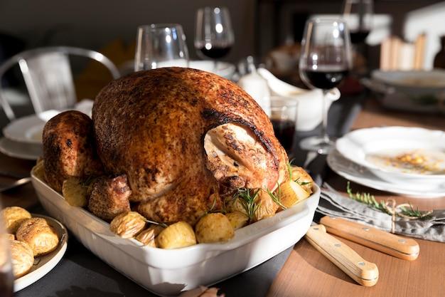 Stół z tradycyjnym jedzeniem na święto dziękczynienia
