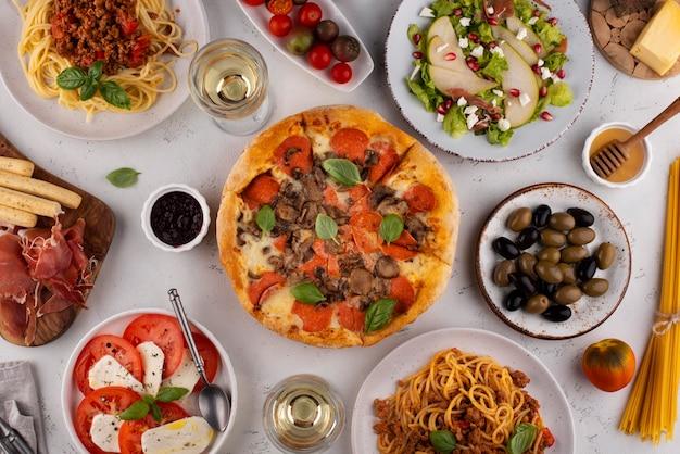 Stół z widokiem z góry pełen pysznego asortymentu żywności