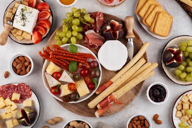 Stół z widokiem z góry pełen pysznego jedzenia?