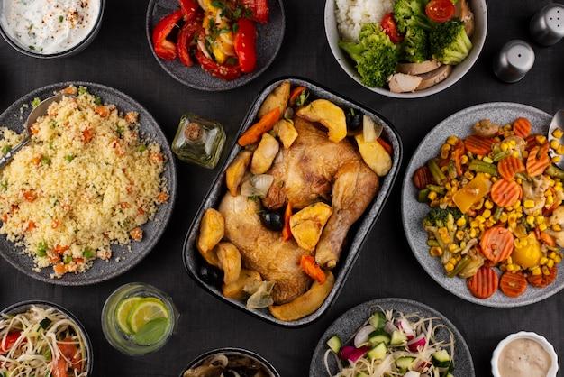Stół z widokiem z góry pełen pysznej kompozycji żywności