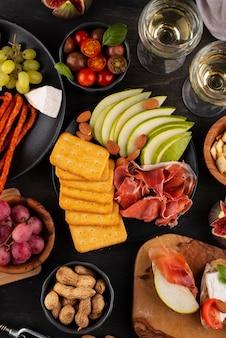 Stół z widokiem z góry pełen pysznych potraw?