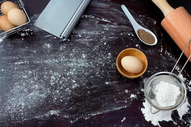 Stół ze składnikami i przyborami do robienia makaronu widok z góry
