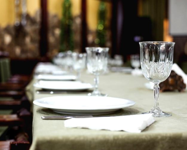 Stół ze szklankami i sztućcami