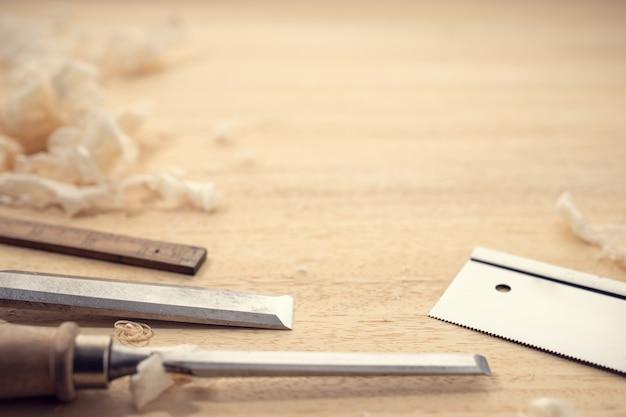 Stolarstwo lub obróbka drewna tło z miejsca na kopię. narzędzia stolarskie i wióry na stole. koncepcja obróbki drewna, rzemiosła i prac ręcznych