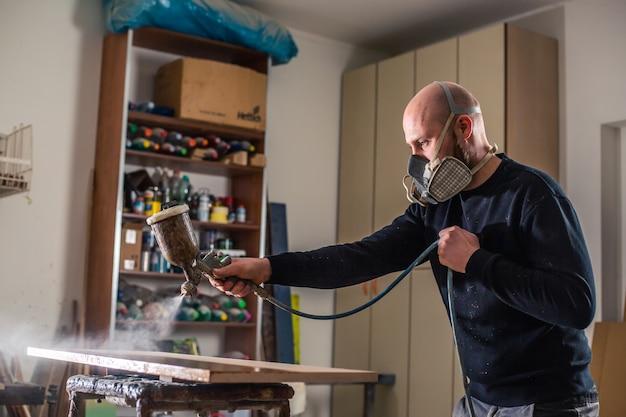 Stolarstwo, stolarstwo i meblarstwo, profesjonalny stolarz lakierowanie drewna w stolarni, koncepcja przemysłowa