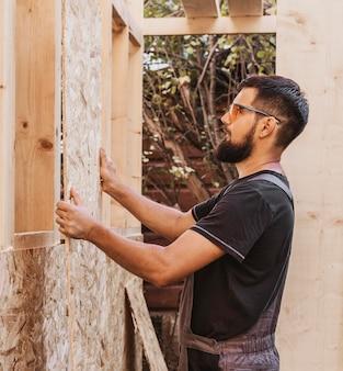 Stolarz człowiek robi okna drewniane ramy