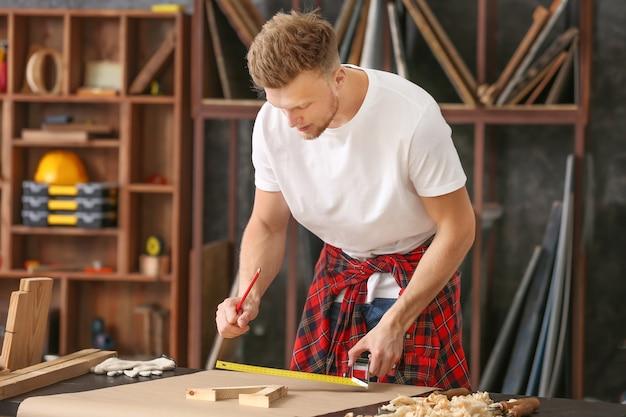 Stolarz mężczyzna pracuje w sklepie