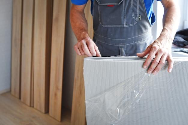 Stolarz mężczyzna wybiera podłoże laminowane. pojęcie zawodów pracujących.