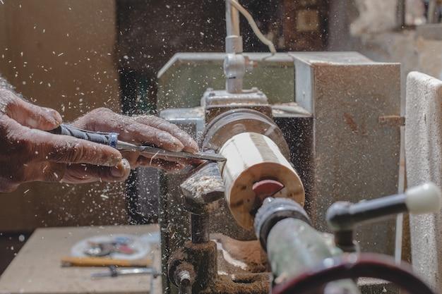 Stolarz obiera drewniane elementy, aby zrobić figurki