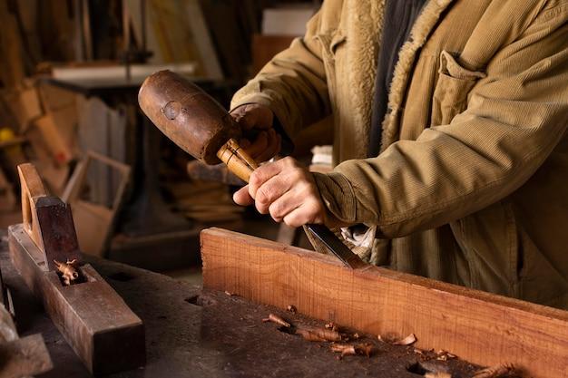 Stolarz pracujący przy obróbce drewna