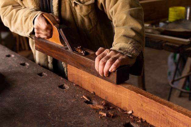 Stolarz pracuje na widoku z boku do obróbki drewna