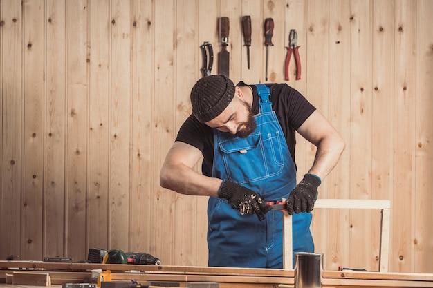 Stolarz pracuje z drewnem
