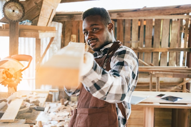 Stolarz używa narzędzi do drewna z własnego mieszkania w miejscu pracy