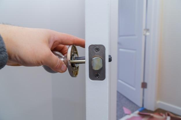 Stolarz w instalacji zamka z drewnianymi drzwiami