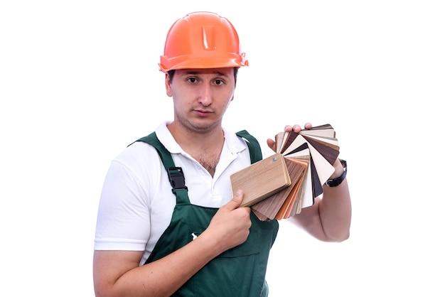 Stolarz w kasku z drewnianym próbnikiem na białym tle