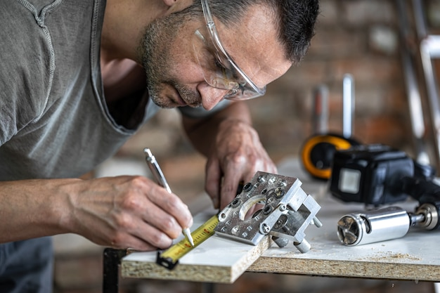 Stolarz w procesie, profesjonalne narzędzie do precyzyjnego wiercenia w drewnie.