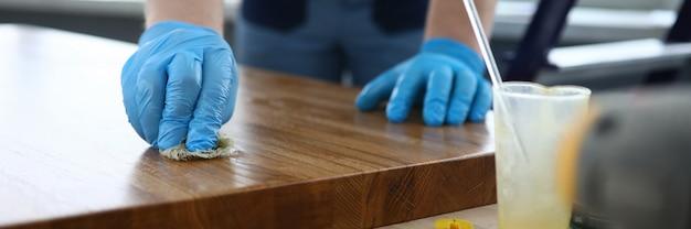 Stolarz w rękawiczkach pokrywa kompozycję powierzchni