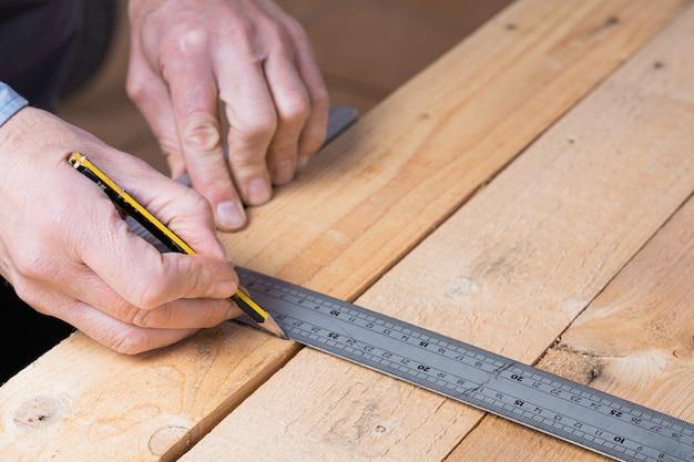 Stolarz w trakcie wykonywania drewnianego stołu