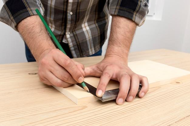 Stolarz wykonujący dekoracje z drewna w swoim warsztacie