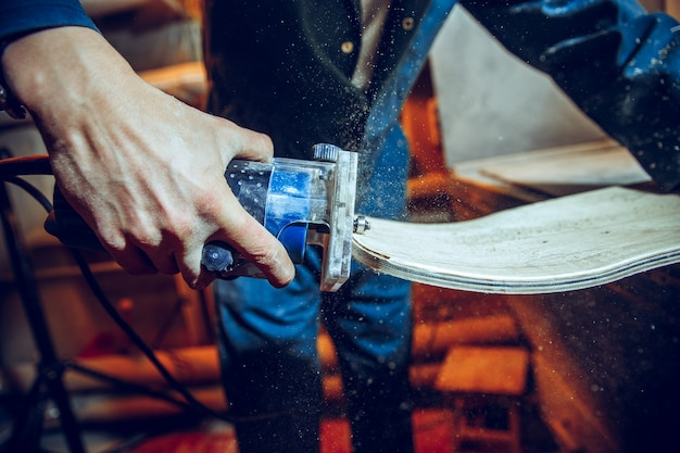 Stolarz za pomocą piły tarczowej do cięcia desek drewnianych