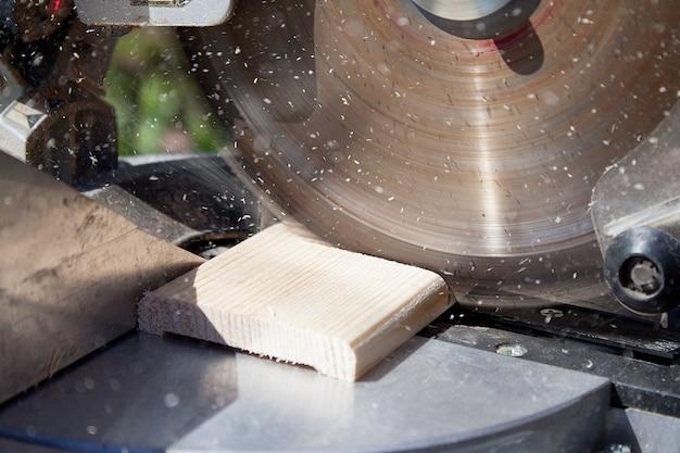 Stolarz za pomocą piły tarczowej do drewna