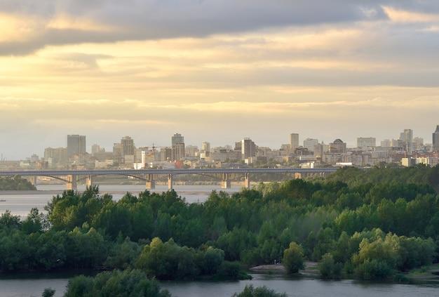 Stolica syberii na wielkiej syberyjskiej rzece mosty na bujnej wodzie na rzecznych wyspach