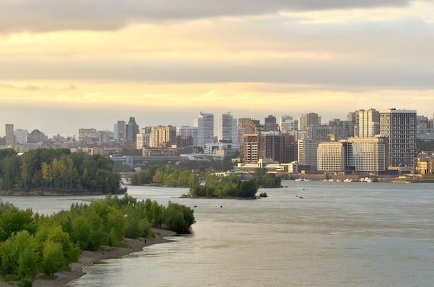 Stolica syberii na wielkiej syberyjskiej rzece mosty na wodzie bujnej roślinności na rzece
