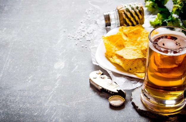 Stolik do piwa. piwo z frytkami na starym kamiennym stole.