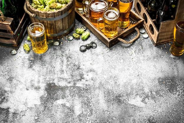 Stolik do piwa. świeże piwo z dodatkami. na rustykalnym stole.