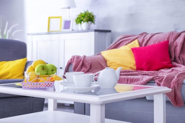 Stolik Kawowy Serwowany W Nowoczesnym Pokoju Premium Zdjęcia