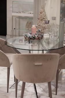Stolik kawowy z dekoracjami