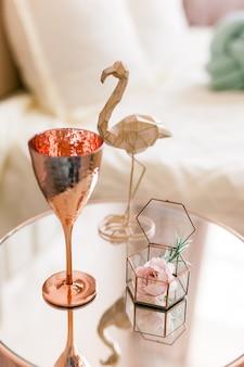 Stolik kawowy z lustrem ze szkła mosiężnego i dekor flamingo