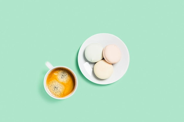 Stolik miętowy z filiżanką kawy i piankami.