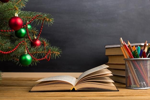 Stolik nauczycielski z książkami, organizerem i tablicą