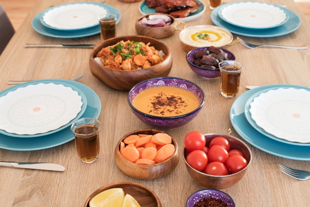 Stolik spożywczy iftar w domu. wieczorny posiłek dla ramadanu. kuchnia arabska