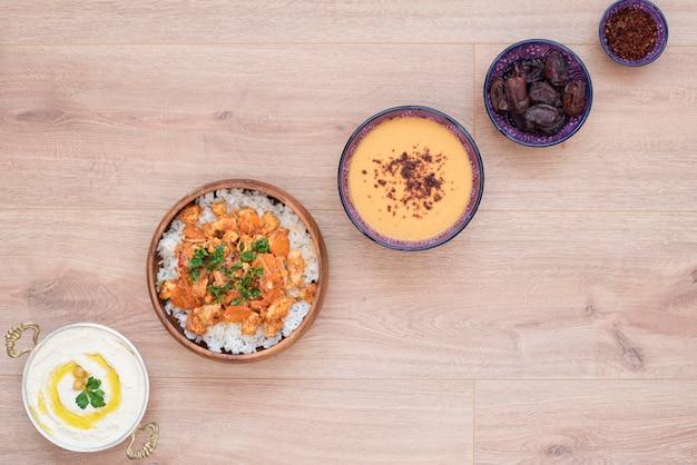 Stolik spożywczy iftar. wieczorny posiłek dla ramadanu. kuchnia arabska