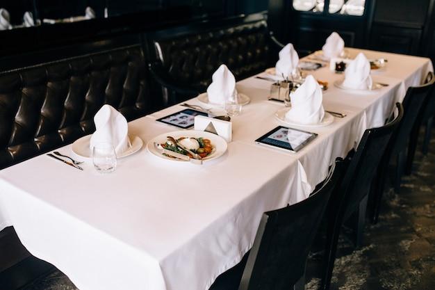 Stolik w drogiej restauracji