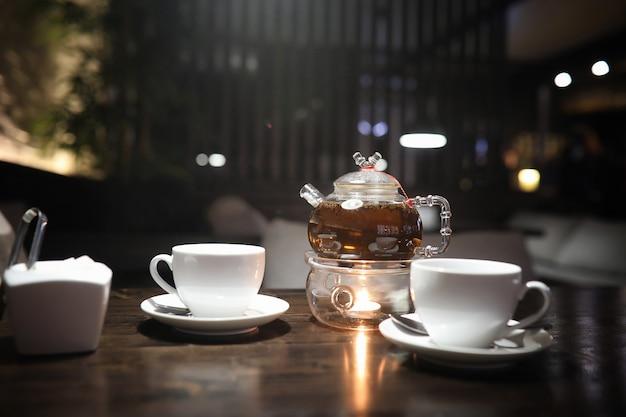 Stolik w kawiarni z koktajlem i filiżanką herbaty