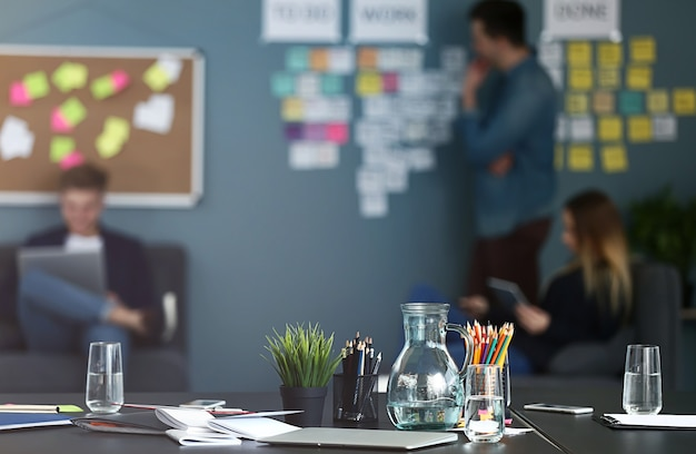 Stolik w nowoczesnym biurze firmy it