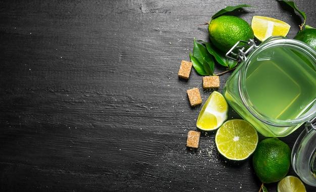 Stolik wapienny. sok z limonki, cukier i plasterki limonki.