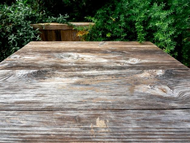 Stolik z drewna z zielonymi liśćmi