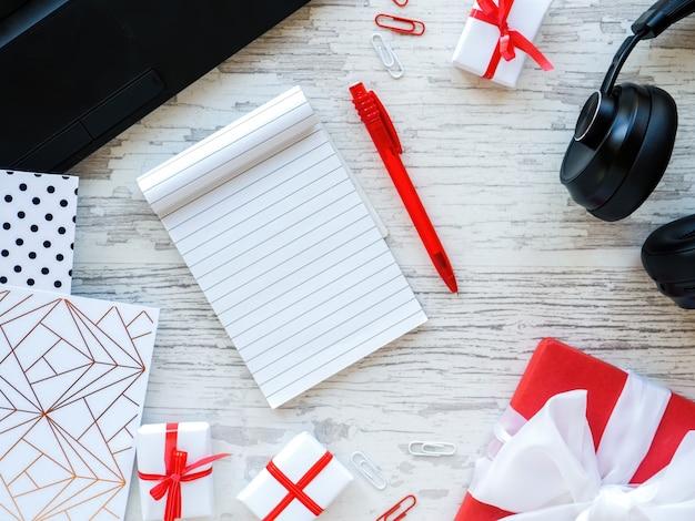 Stolik z rzeczami do pracy w pudełkach prezentowych