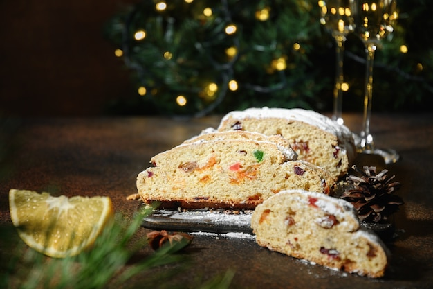 Stollen bożonarodzeniowy - tradycyjny niemiecki chleb na brązowo.