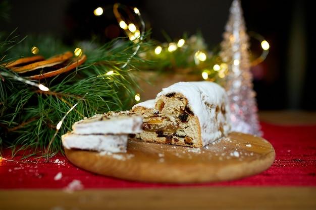 Stollen niemiecki chleb bożonarodzeniowy, boże narodzenie stollen na drewniane tła, tradycyjne świąteczne ciasto deser.