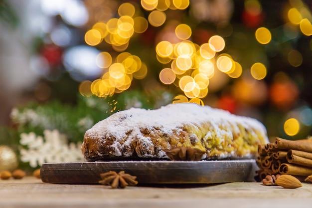 Stollen świąteczny tort na stole. selektywne skupienie. żywność.