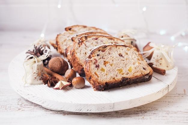 Stollen, tradycyjne świąteczne słodkie ciasto świąteczne w niemczech